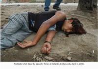Un dimostrante ucciso dalle forze di sicurezza a Kalanki, 6 aprile 2006.