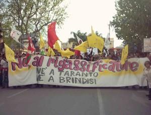 Lo striscione del Comitato contro il rigassificatore di Taranto