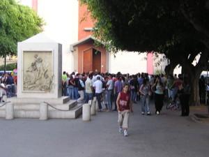 La fine della manifestazione davanti alla chiesa del paese.