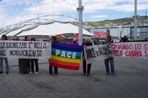 """2 giugno: """"passeggiata"""" dei pacifisti all'expo di Genova."""