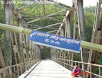 Lo striscione indica 'check point per tutti i veicoli – Area sotto il controllo del governo popolare Maoista': i ribelli Maoisti hanno costruito una barricata sul ponte Tamakoshi lungo la strada Lamosanghu-Jiri per raccogliere pedaggi dai veicoli.