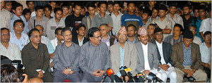 Prachanda al centro con occhiali e baffi, con Bhattarai alla sua sinistra, Madhav Kumar Nepal leader del CPN(UML) alla sua destra, il coordinatore della delegazione del governo e primo ministro Krishna Prasad Situala e l' ex primo ministro Sher Bahadur De
