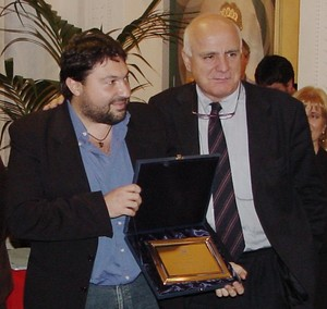 """Foto di repertorio: Sigfrido Ranucci e Maurizio Torrealta ricevono a Viareggio, il 29 novembre 2005, il premio """"Cronista dell'anno""""."""