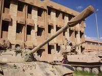 Suleimanya, il carcere-museo e a fianco vecchi blindati