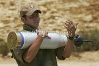 CONFINE ISRAELE - LIBANO. 14 LUGLIO Un soldato israeliano carica una munizione perforante sul suo carro armato in vista di un attacco contro le milizie Hezbollah