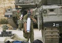 CONFINE LIBANO ISRAELE. 14 LUGLIO Soldati israeliani caricano i loro carri armati Merkeva con munizioni perforanti mentre si preparano ai possibili attacchi contro le milizie Hezbollah.