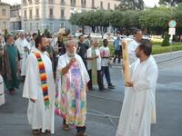 Missionari comboniani in processione davanti alla Questura di Caserta nel giugno scorso (2003)