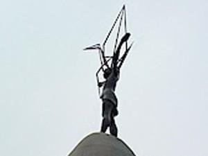 Particolare del monumento a Sadako la bambina morta di leucemia 10 anni dopo lo scoppio della Bomba