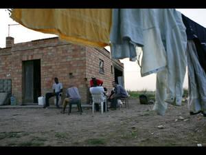 Fabrizio Gatti all'esterno di una casa abbandonata con gli immigrati schiavi