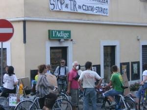 """sabato 9 sett. '06  concentramento pedalata """"Basta TIR in centro storico"""""""