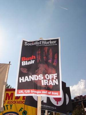 Manchester, marcia contro il partito laborista e la sua politica estera: Hands off Iran.