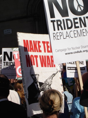Marcia di protesta contro il partito laborista: Make tea not war