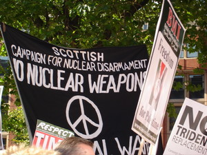 Marcia di protesta contro il partito laborista: Scottish movement for nuclear disarmament.