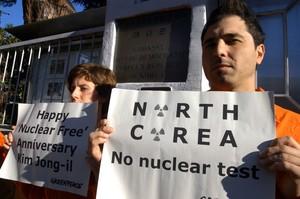 Attivisti di Greenpeace in azione presso l'ambasciata della Corea del Nord a Roma.  © Greenpeace / Montesi