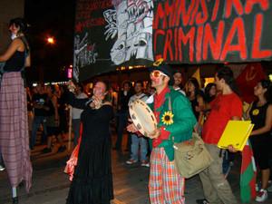 In marcia con i trampoli e i clown...