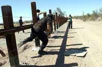 Il subcomandante Marcos varca il muro