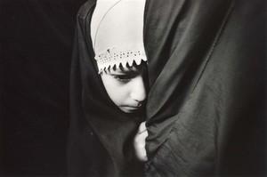 Bambina impaurita dopo un attacco con numerose vittime al mercato di Baghdad (marzo 2003)
