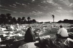 """Un cimitero provvisorio, noto come """"cimitero dei bambini"""" a causa del  vertiginoso aumento della morte dei bambini dopo la Guerra del Golfo (dicembre 2002, Basra)"""