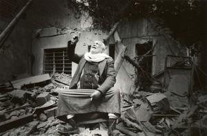 Al signor Ahamad è stata distrutta la casa da un'enorme bomba che aveva colpito la centrale telefonica del distretto, accanto alla sua abitazione (marzo 2003, Baghdad)