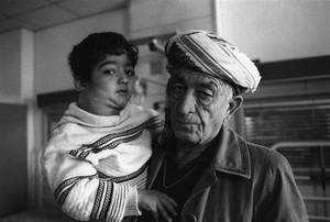 Padre e figlio curdi: hanno dovuto fare un lungo viaggio fino all'ospedale di Bagdad per portare il figlio malato di leucemia (dicembre 2002, Baghdad)