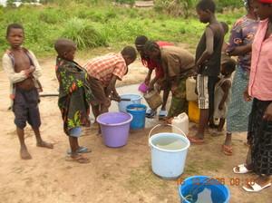 """Chiara Castellani scriveva nel 2001: """"L'acqua è il futuro di Kimbau. Sono convinta che quando finalmente arriverà, perché deve arrivare - è un impegno morale che ho preso nei confronti della popolazio"""