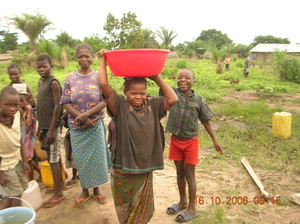 Chi è capace di portare una tinozza da 25 litri di acqua sulle testa senza rovesciarne una goccia?