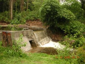 Altra vista della diga di Kimbau. La diga è sul torrente Nzasi