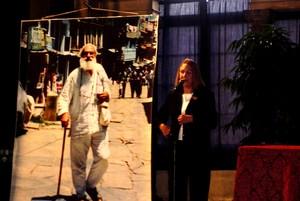 """Firenze, Palazzo Vecchio, 25 settembre 2004. Angela Terzani parla del defunto marito, durante la cerimonia di consegna del """"Fiorino d'oro"""" alla memoria, preziosa onorificenza del Comune di Firenze. Sullo sfondo, l'immagine di Tiziano, come sempre in viag"""