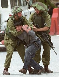 Soldati israeliani catturano un giovane palestinese.