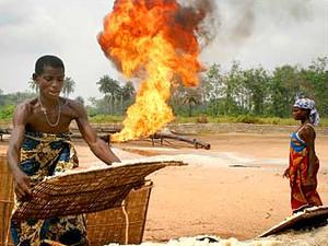 Pozzo di petrolio in fiamme in Nigeria