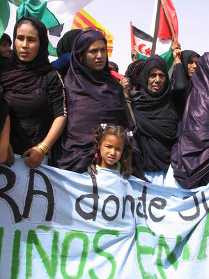 Marcia di protesta contro il muro della vergogna nel Sahara Occidentale