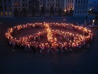 Simbolo della pace a Budapest nel corso di una manifestazione