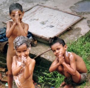 Bambini nepalesi mentre si lavano.