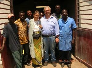 Foto di gruppo: ecco i partecipanti all'accensione della prima lampadina a Kimbau il 6 marzo 2007