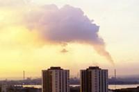Una nube gigantesca esce dall'Ilva nel giorno delle Palme