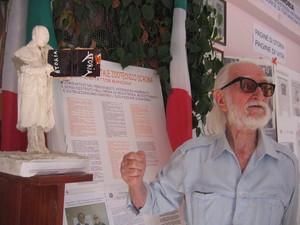 Paolo Sabbetta oggi, a 95 anni, all'interno della sua casa-museo di Foggia.