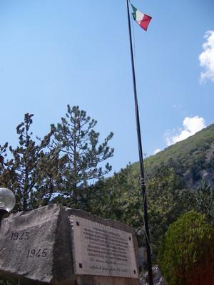 lapide commemorativa e bandiera dell'Italia