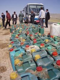 In vendita la benzina al mercato nero, in chioschi improvvisati al bordo delle strade.  (foto Misuri)