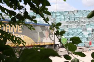 A tutta birra... camion camuffati per il trasporto di birra traportano ecoballe in una delle megadiscariche del giuglianese
