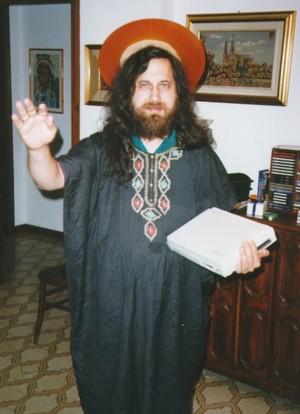 Richard Stallman, fondatore del progetto GNU. L'aureola è un effetto speciale: quello che ha in testa è in realtà un vecchissimo hard disk.