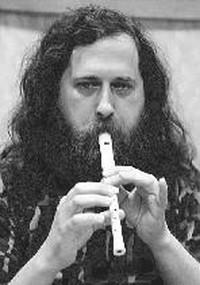 Stallman mentre suona il flauto