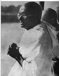 Rotratto di Gandhi in preghiera