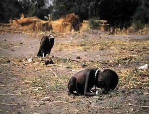 Bambina in agonia - Foto di Kevin Carter - Premio Pulitzer 1994
