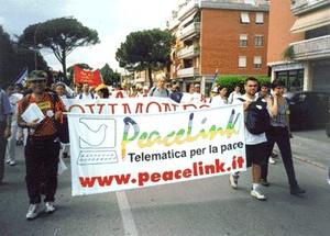 Carlo Gubitosa alla marcia Perugia-Assisi contro la guerra in Kossovo nel 1999. E' a destra dello striscione di PeaceLink. Sulla sinistra Alessandro Marescotti