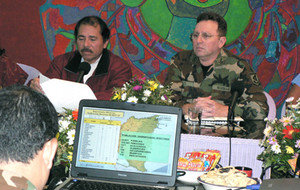Ortega ed il generale Avilés leggono gli ultimi dati raccolti