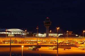 Un'immagine di un grande aeroporto di sera