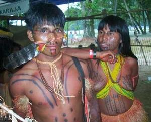 Una coppia di indigeni brasiliani della tribù dei Karajá