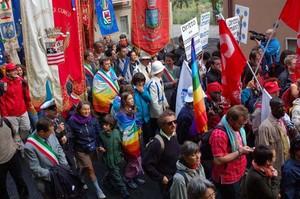 Foto della Marcia Perugia-Assisi 2007 - gonfaloni e bandiere