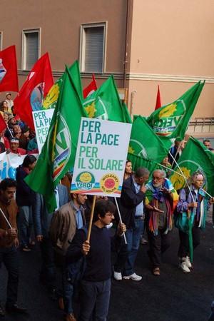 Foto della Marcia Perugia-Assisi 2007 - bandiere verdi e rosse